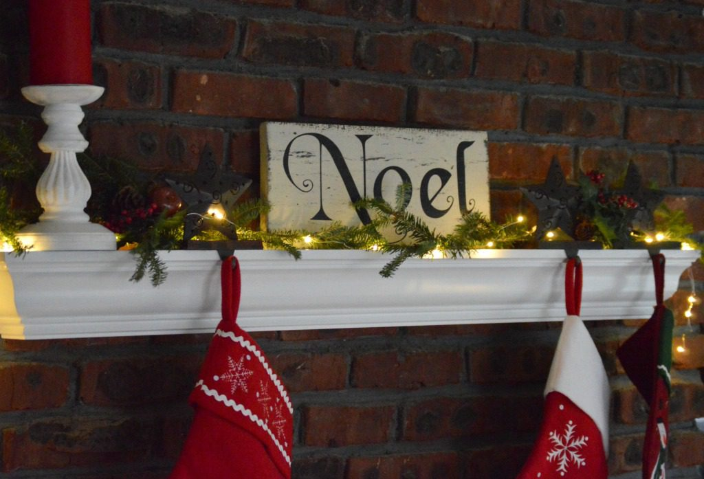 http://myfamilythyme.com/wp-content/uploads/2016/12/Christmas-family-room-mantle.jpg
