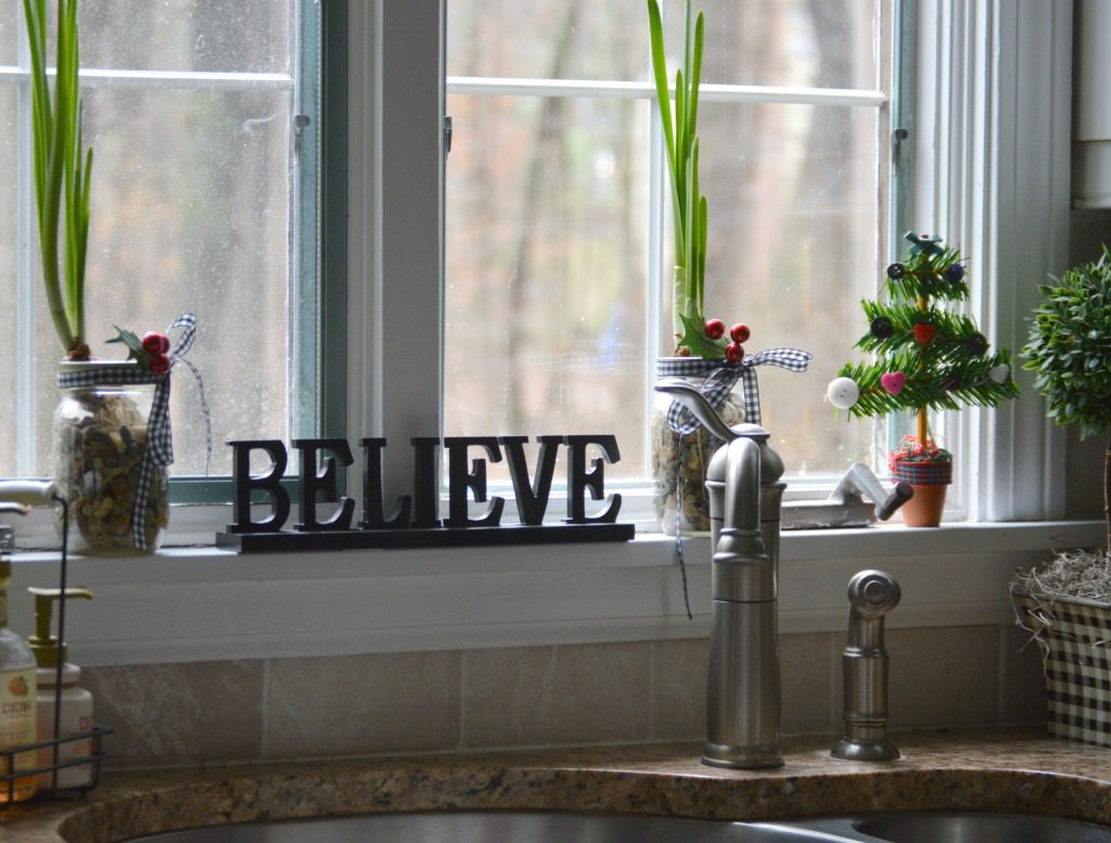 http://myfamilythyme.com/wp-content/uploads/2016/12/Christmas-kitchen-window.jpg