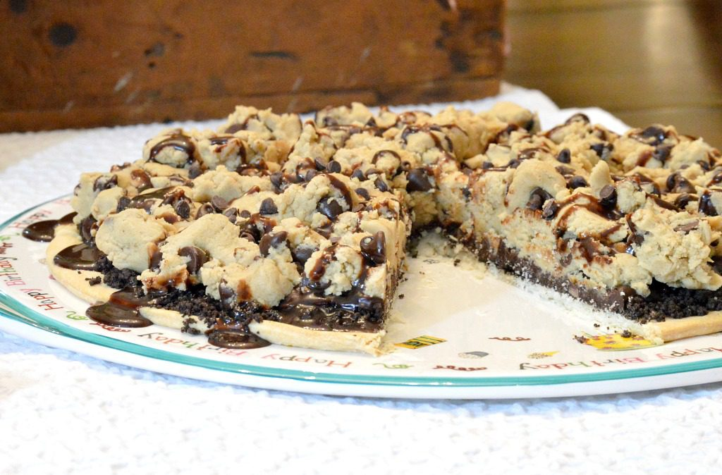https://myfamilythyme.com/wp-content/uploads/2018/03/choc-chip-cookie-dough-pizza-2.jpg