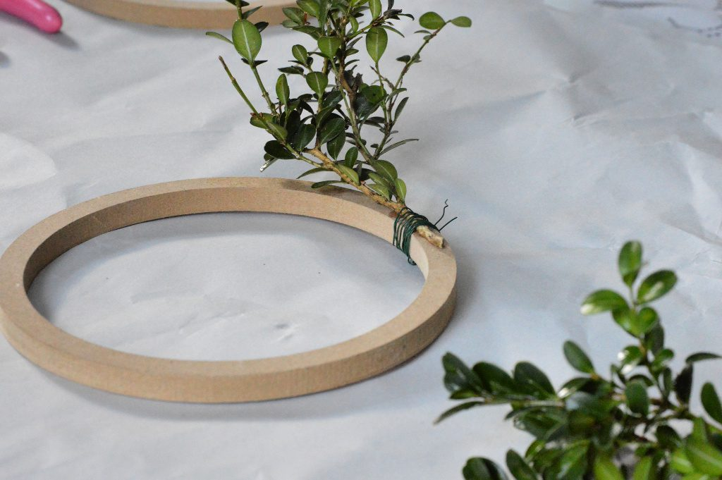 https://myfamilythyme.com/wp-content/uploads/2018/11/diy-boxwood-wreath-in-process.jpg