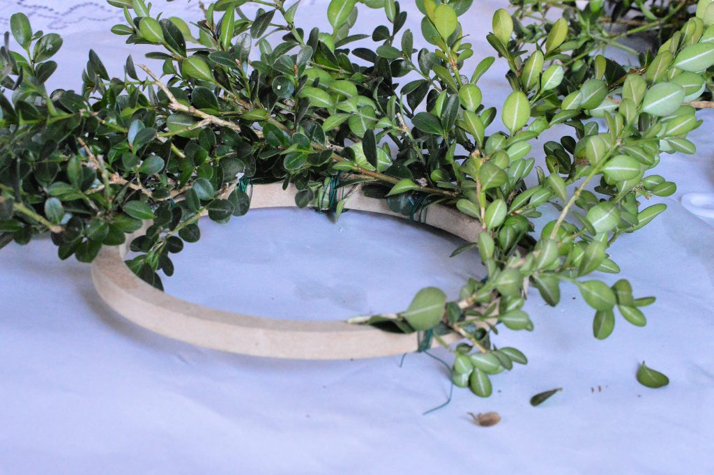 https://myfamilythyme.com/wp-content/uploads/2018/11/diy-boxwood-wreath-in-process-2.jpg