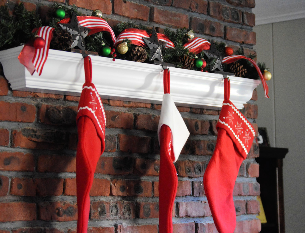 How to Create a Fun & Festive Christmas Garland