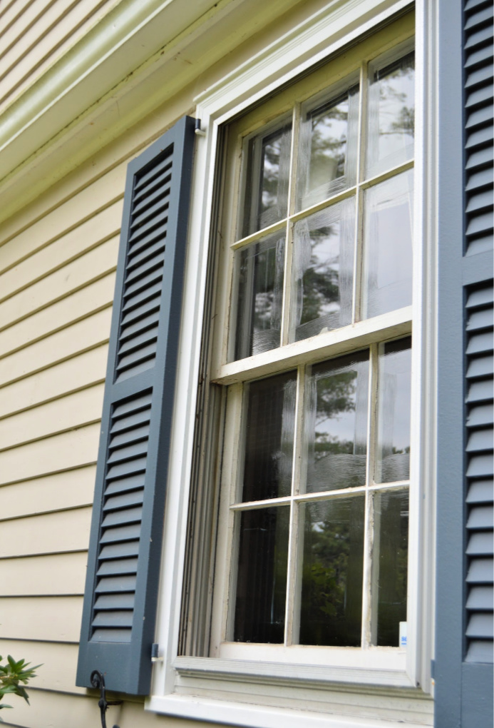 https://myfamilythyme.com/wp-content/uploads/2019/08/exterior-window-painting-trick-2.jpg