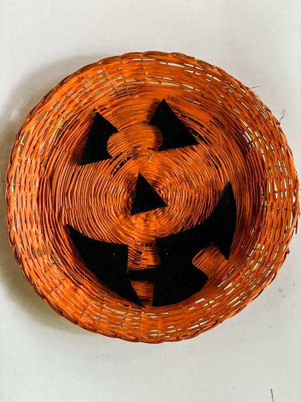 https://myfamilythyme.com/wp-content/uploads/2020/08/paper-plate-pumpkin-face-3.jpg