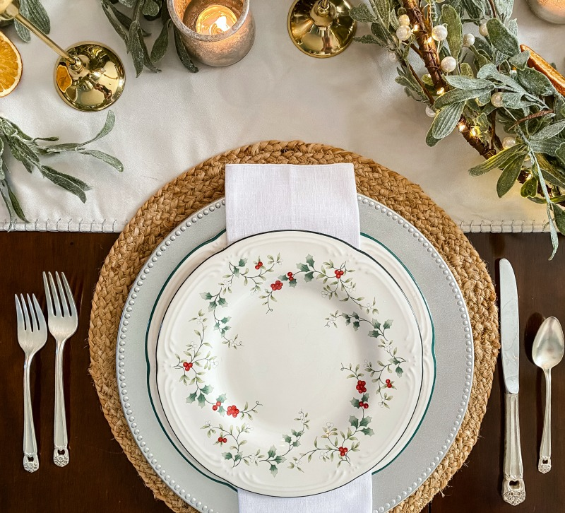 https://myfamilythyme.com/wp-content/uploads/2020/12/Christmas-place-setting.jpg